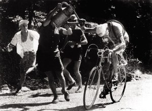 07/10/1952. The Italian cyclist Fausto COPPI, leader of the 1952 Tour de France, being drenched with water by some of the spectators. Le 10 juillet 1952, l'Italien Fausto COPPI, leader du Tour de France, est arrosé par des spectateurs.